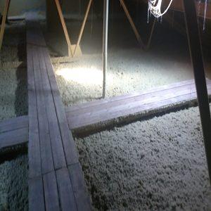 Foukaná izolace při zateplení stropu domu - pochozí lávky